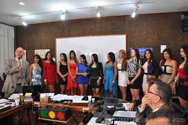 Bonucci, al mejor estilo de Wiston Vellenilla, presenta las candidatas a la Novia de la ULA durante un serio Consejo Universitario