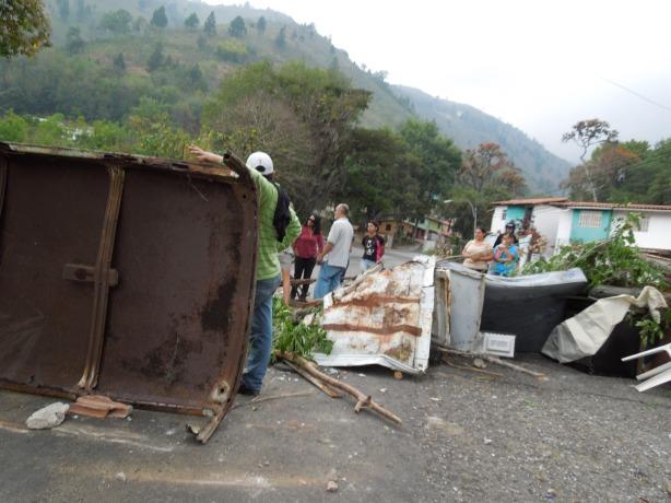 Guarimba en el sector Bicentenario de Los Curos. Cierran vía que comunica con otros pueblos del estado
