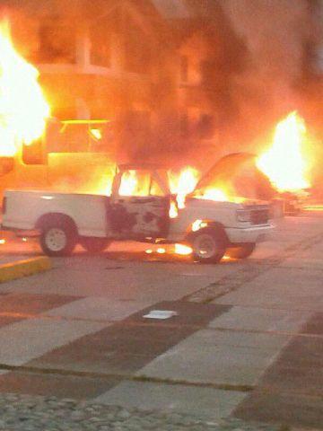 """Esto no fue hecho por los """"tupamaros"""", fue hecho por los """"manifestantes pacificos"""". Quema de los vehiculos del Ministerio del Ambiente. Avenida las Americas. Mérida"""