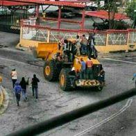"""Estos no son los """"tupamaros"""", son """"manifestantes pacificos"""". Robo de maquinaria del Ministerio del Ambiente con el fin de hacer barricadas y destruir bienes publicos. Luego de esta acción fue desvalijada este pailoader. Avenida Las Americas. Mérida."""