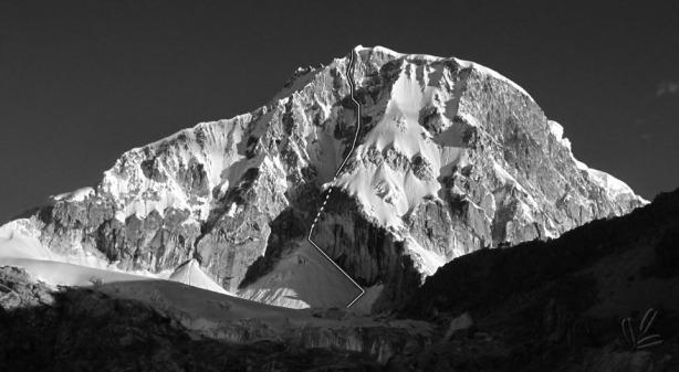 Línea de la escalada de Carlos Pineda y Carlos Solé en el corredor central de la cara N del nevado Ranrapalca. Foto y trazos Solé-Pineda/climberstours.com