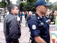 """Funcionarios policiales """"reprimiendo amigablemente"""" nuestra manifestación"""
